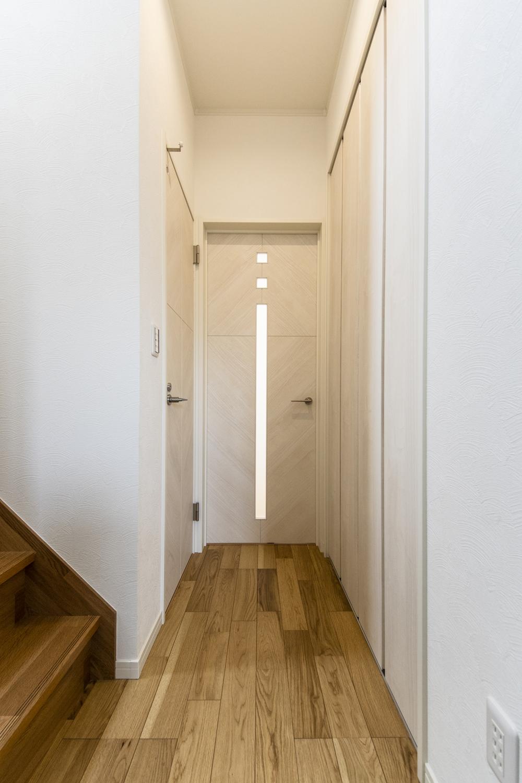 「玄関→リビング→階段→2階」リビングを必ず通って2階へ。家族が自然と顔を合わせる間取り。