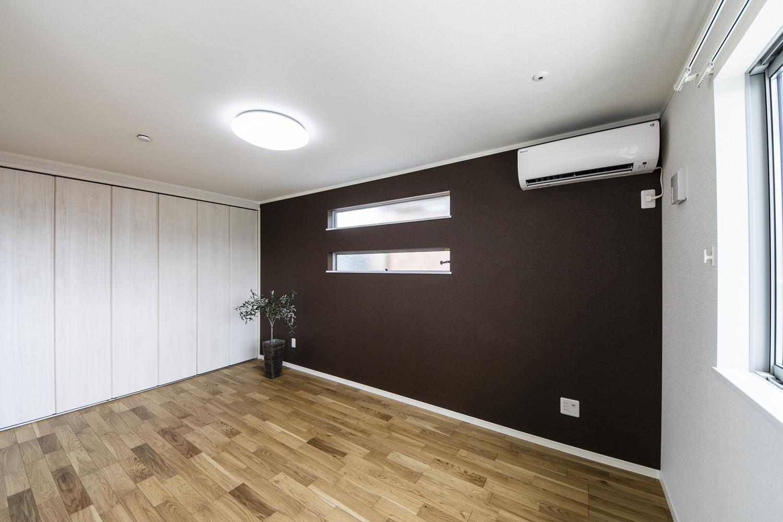 2階洋室/深みあるブラウンの壁紙と横窓を二つ並べたデザインがスタイリッシュな空間を演出します。