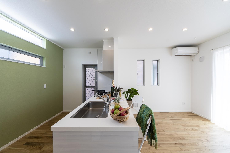 グリーン系のアクセントクロスが空間を彩る、爽やかでおしゃれなキッチンスペースになりました♪