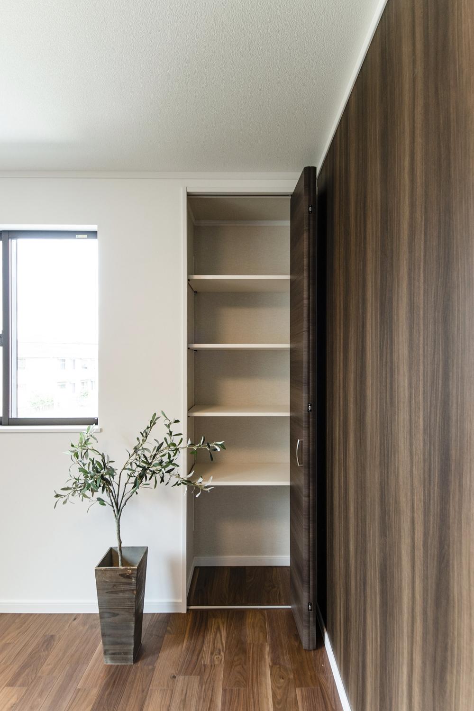 2階洋室/収納たっぷり!住空間を広々とご使用できます。