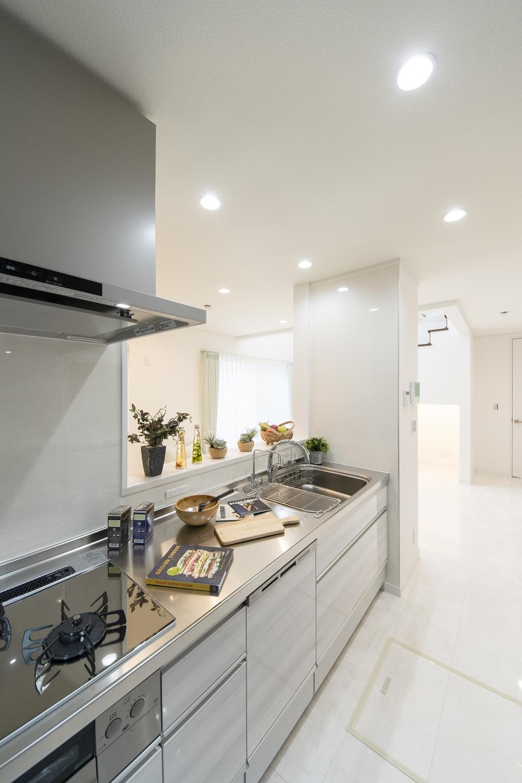 白木調のキッチン扉。爽やかで清潔感あるキッチンに仕上がりました。