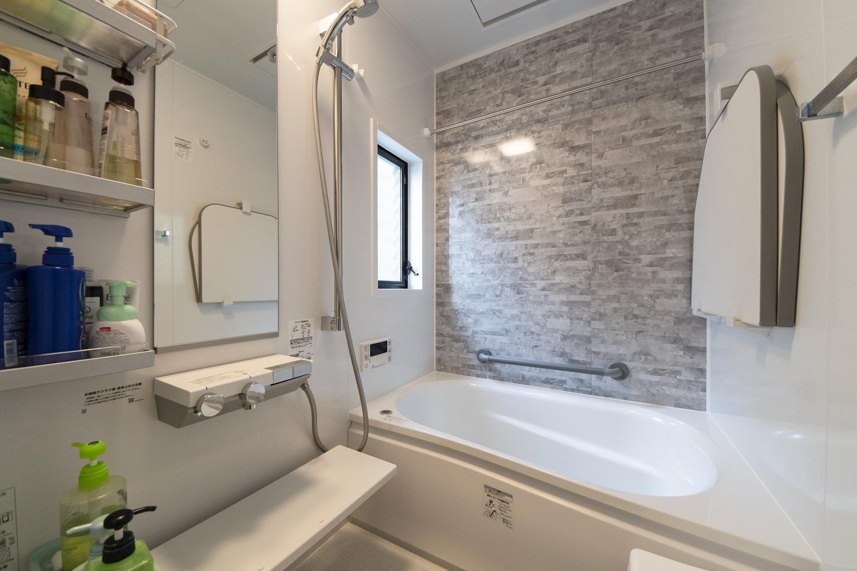 浴室/全面リニューアル工事を行いました。天然石の豊かな表情をモチーフにしたデザインの壁が、上質な空間を演出します。