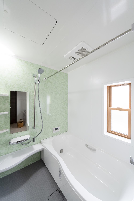爽やかなグリーンリーフのアクセントパネルをあしらったバスルーム。