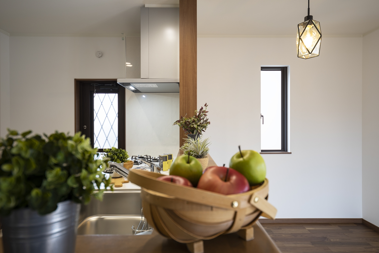 家族のコミュニケーションをはぐくむ対面式キッチン。キッチンカウンターにはアイテムを飾ったりインテリアも楽しめます♪