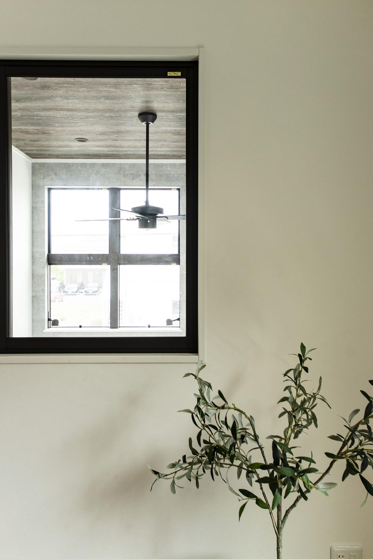 2階洋室/室内窓を設えました。風と光を通し、隣の吹抜けが眺められてとってもオシャレなインテリアに♪
