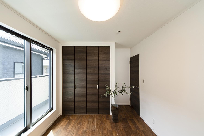 2階洋室/重厚で高級感のある色・艶。深い色合いの木目が風格ある表情を生む、ブラックウォルナットのフローリング。