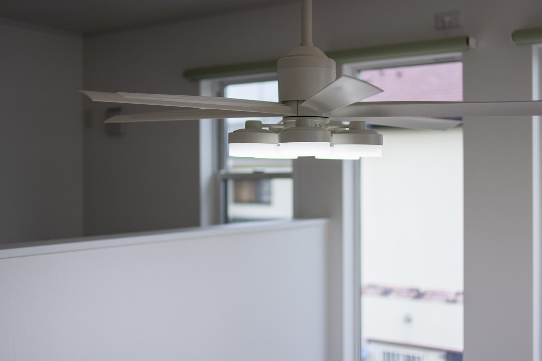 シーリングファンライトが、落ち着いたお部屋の雰囲気を演出します。天井は照明用に補強しています。