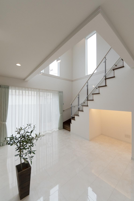 吹抜け×オープン階段!階段の側面をクリアにして形状を魅せ、階段下をTVスペースにした、オシャレな空間♪