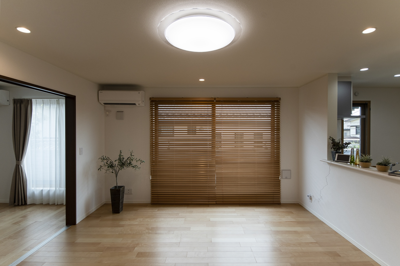 扉を開けてひとつなぎになった隣の洋室はリビングに開放感をプラスしてくれます。