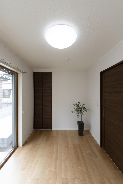 1階のお部屋入口は全て引戸を採用しました。立ち位置を変えずに扉を開け、開けたままゆっくり通れます。