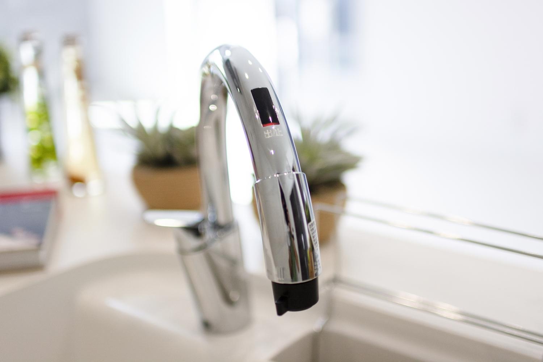 タッチレス水栓/水栓に触れなくてもセンサーに手をかざすだけで吐水・止水ができます。