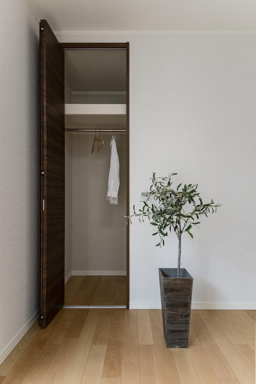 1階洋室/様々なインテリアに合わせやすい、ナチュラルな配色の室内。