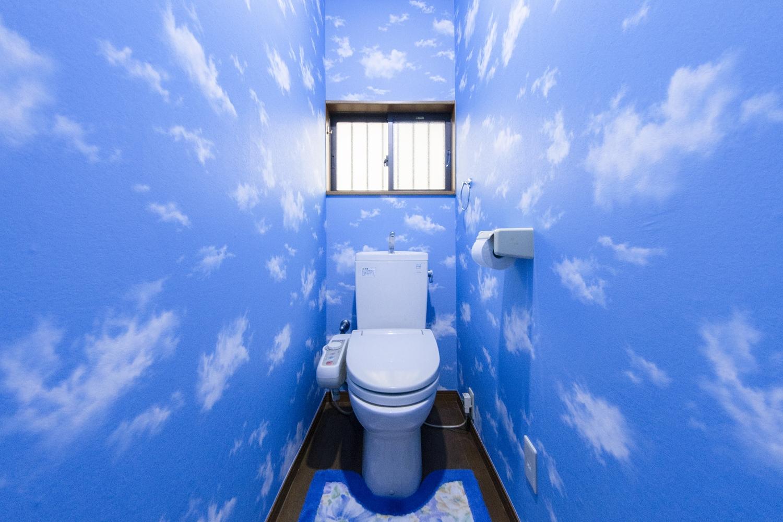 トイレは異空間な世界観にしてお友達をビックリさせたい!という施主様のご要望で、思い切って空模様のクロスにTryしました!