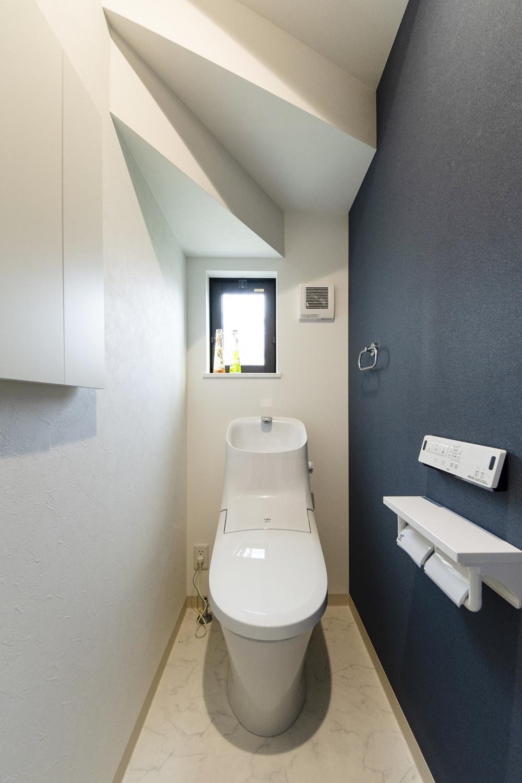 1階トイレ/和調のダークトーンクロスをアクセントにしたスタイリッシュな空間。