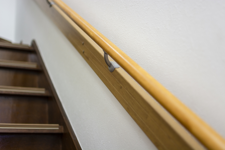 階段の昇り降りをやさしくサポートする手摺を設置しました。