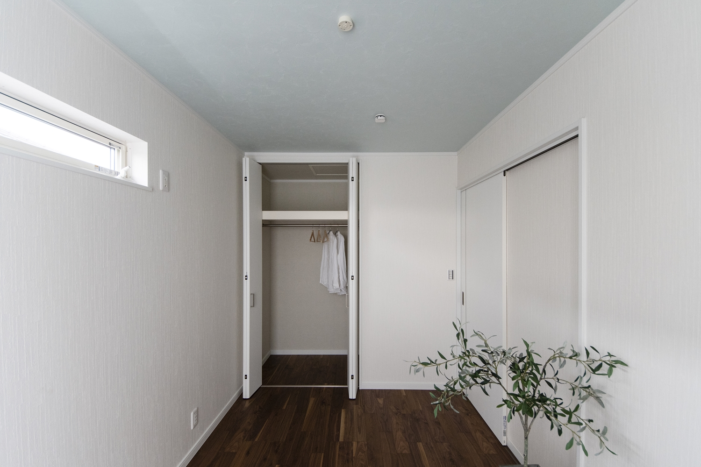 2階洋室/ブラックウォルナット独特の黒褐色の深みある色調が、白い壁と組み合わせるとより引き立ちます。天井には爽やかなブルーを配色しました。
