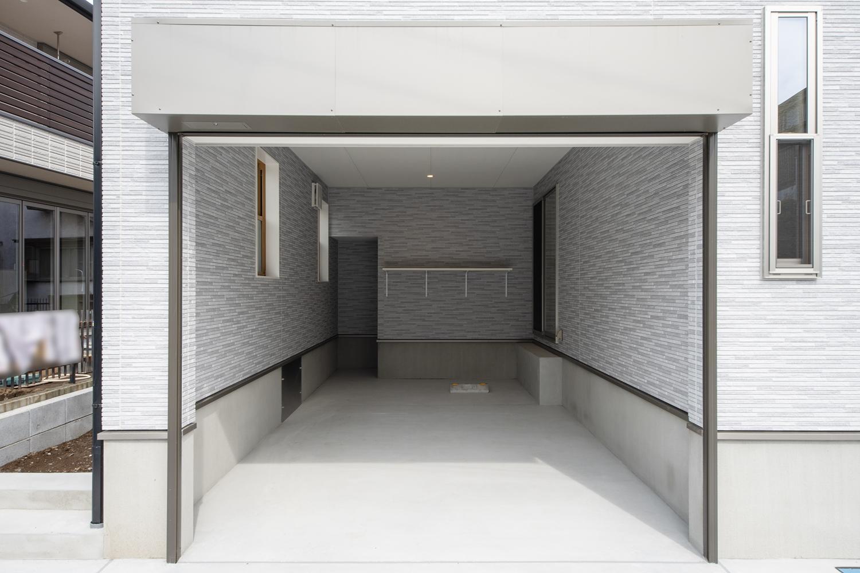 ビルトインガレージ/車を入れておくだけでなく、作業用スペースも確保して車のメンテナンスも可能に♪電動シャッターを施し防犯面も安心です。