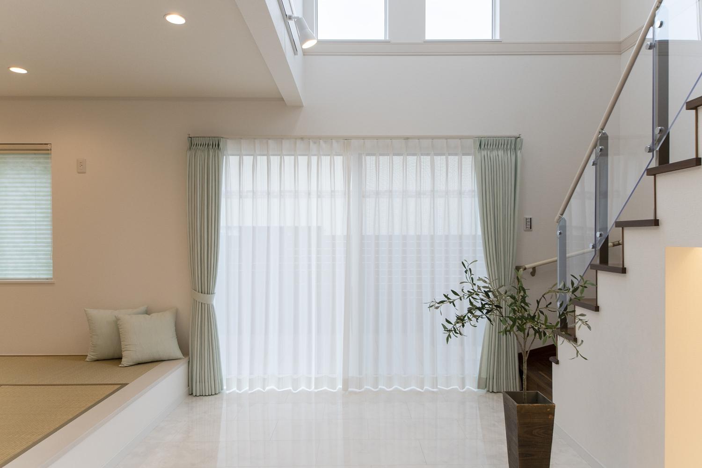 窓からの光が部屋全体を包み込み、家族が自然と集まる団らんの場。