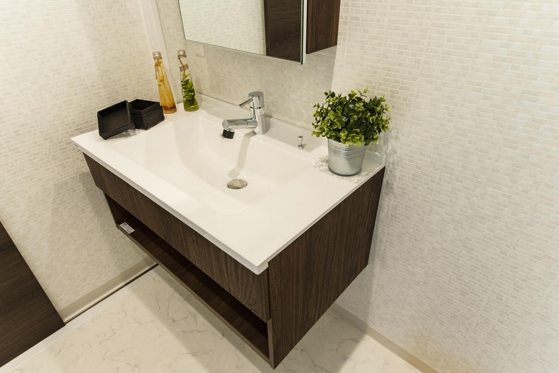 サニタリールーム/足元に空間を持たせたシンプルでスタイリッシュなデザインの洗面化粧台。