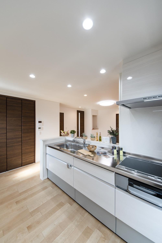 白木調のキッチン扉。明るく清潔感あるキッチンに仕上がりました。