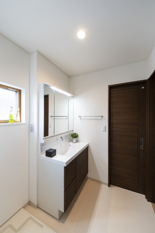 サニタリールーム/取り出したいものがひと目で見つけられる引出収納が付いた洗面化粧台です。