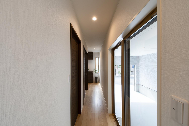 1階ホール廊下/ガレージから直接、屋内に出入りできるので、雨の日も、買い物帰りやお出かけの時の荷物の出し入れにも便利です。