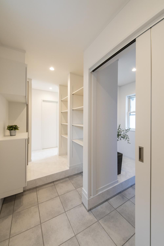 白を基調とした明るい玄関。家族専用とゲスト専用に分けることにより、急な来客でもいつでもキレイな玄関に♪
