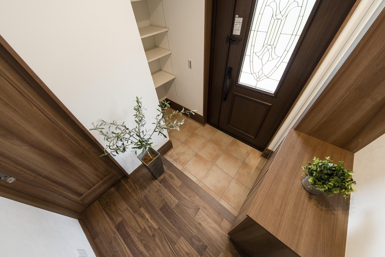 シューズクロークを設えた便利な玄関。木の温もりを感じる落ち着いた印象の玄関です。
