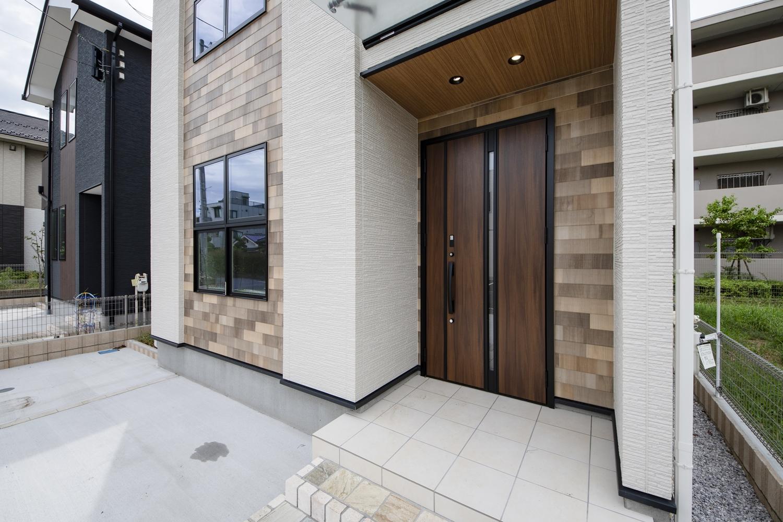 木質感たっぷりの素敵な軒天に、ダウンライトを施した、おしゃれな玄関周り。