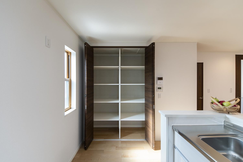 キッチン脇のパントリーは備蓄や場所をとるキッチン家電の保管にも便利です♪