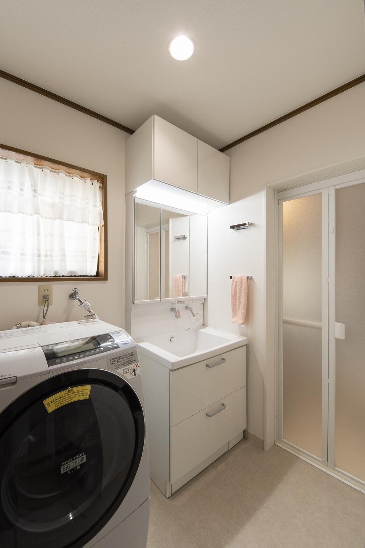 洗面室/洗面化粧台をはじめ、天井・壁のクロス、床材、照明を新しくしました!タオルバーを縦に並べる二段使いは施主様のアイデアです!