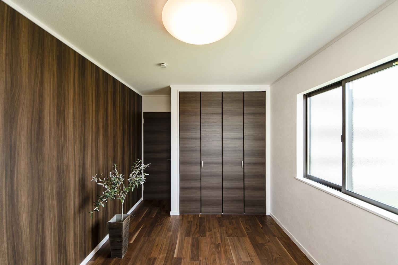 2階洋室/重厚感のある木目調クロスをアクセントにしました。