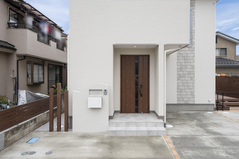 玄関ドアやフェンス、ウッドデッキのウッディーな質感が引き立つ、ナチュラル&モダンなデザイン。