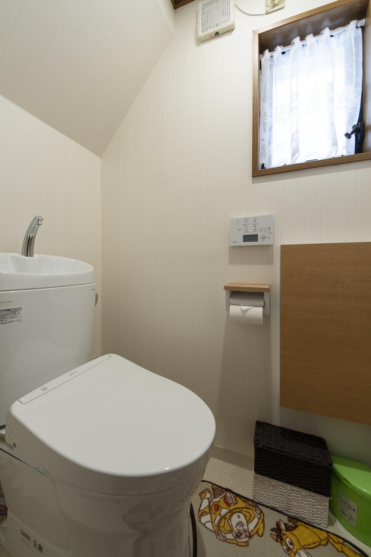 トイレ/床・クロスの全面張替え、便器・照明の交換を行いました。