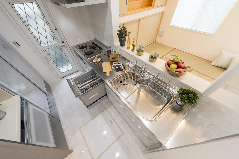 食器洗い乾燥機や、カップボードを施した、見た目も使い勝手も優秀なキッチン。