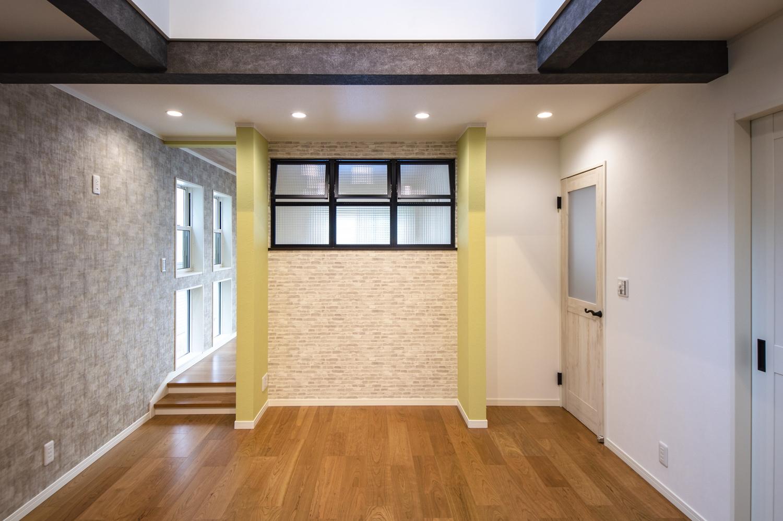 「室内窓」を設え、奥行きを生み出し、風と光を通して開放的なお部屋に!モザイクガラスとアイアンブラックの窓枠がインダストリアルな空間にもマッチします。
