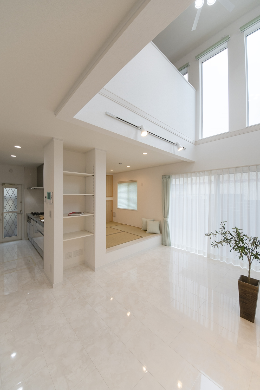大理石の風合いをリアルに再現した鏡面調仕上げの高級感ある白い床。モダンで透明感のあるリビングになりました。