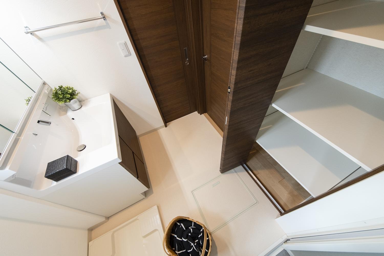 タオルや洗剤等をたっぷり収納できるリネン棚を設置したサニタリールーム。