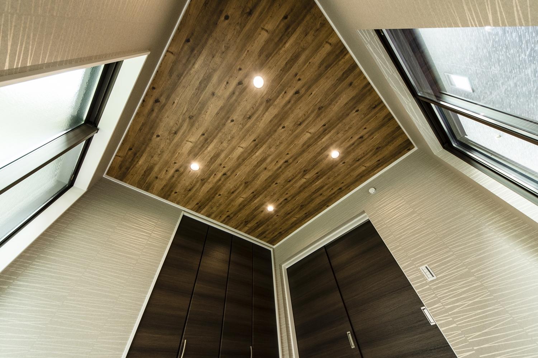 1階畳敷き洋室(写真は畳設置前)/ラフな木目調クロスにダウンライトをダイヤ型に並べた天井。