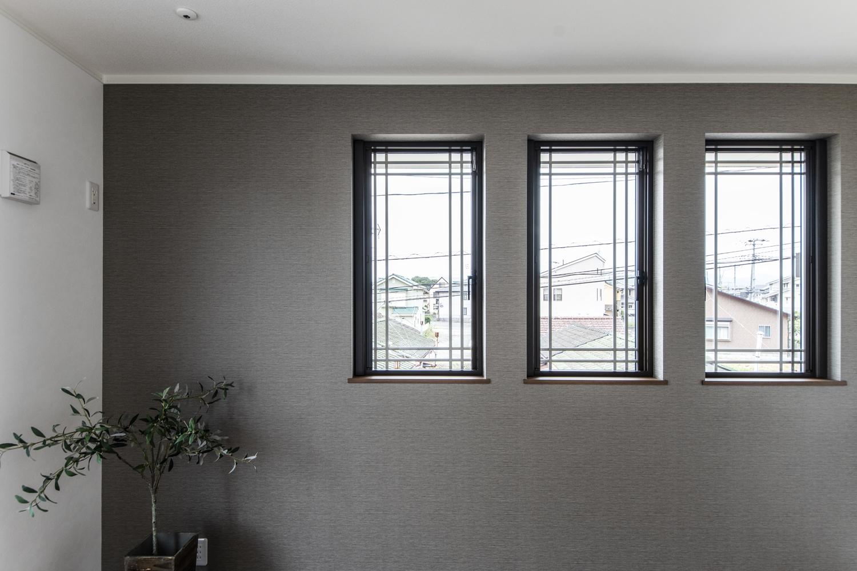 2階洋室/サイドに格子の入った窓を3連に並べた、洋風な雰囲気のおしゃれな空間。
