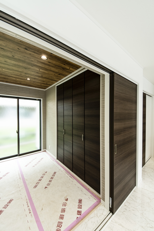 ヴィンテージ×和!ラフな木目調クロスを天井に施した、カッコイイ1階畳敷き洋室。(写真は畳設置前)