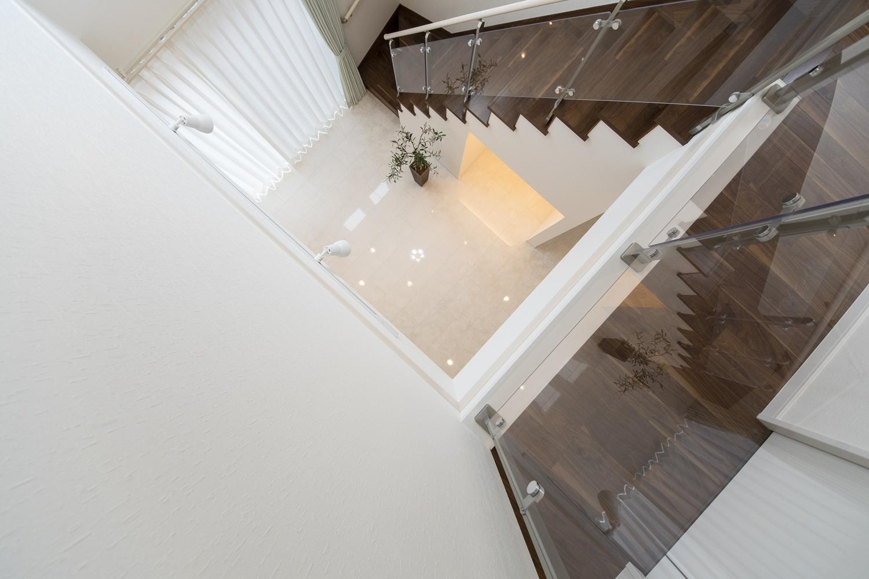 2階から見降ろした吹抜け空間!艶めく白い床、深いブラウンの階段が素敵です♪