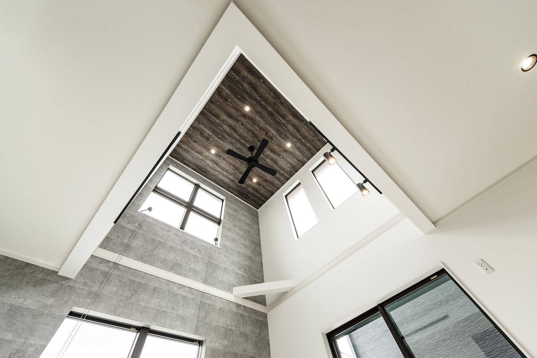 吹抜け空間にシーリングファンや格子の入ったおしゃれな窓が映えます!