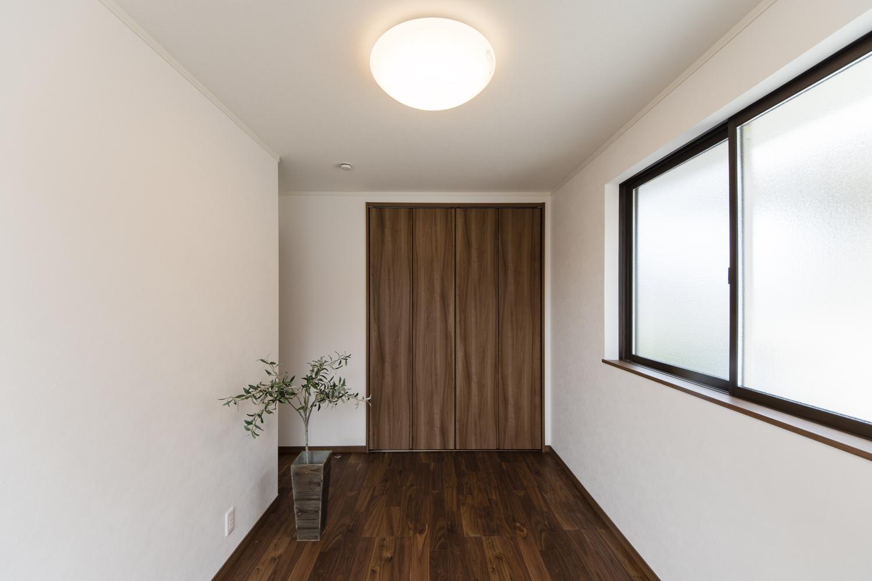 2階洋室/リビング同様、重厚で高級感のある色・艶、ブラックウォルナットのフローリング。