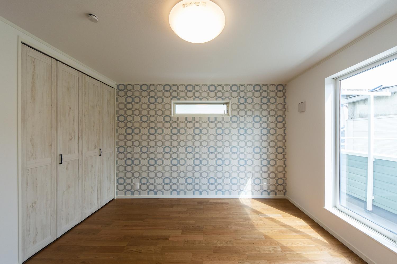 2階洋室/無垢の木に白ペンキを塗ったようなデザインの建具や、カジュアルなクロスをアクセントにした、おしゃれな空間。