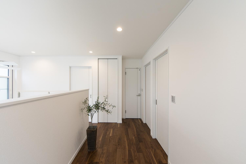 2階ホール/オープン階段を昇ると広がる明るく広々とした空間!バルコニーへの出入りも可能です。