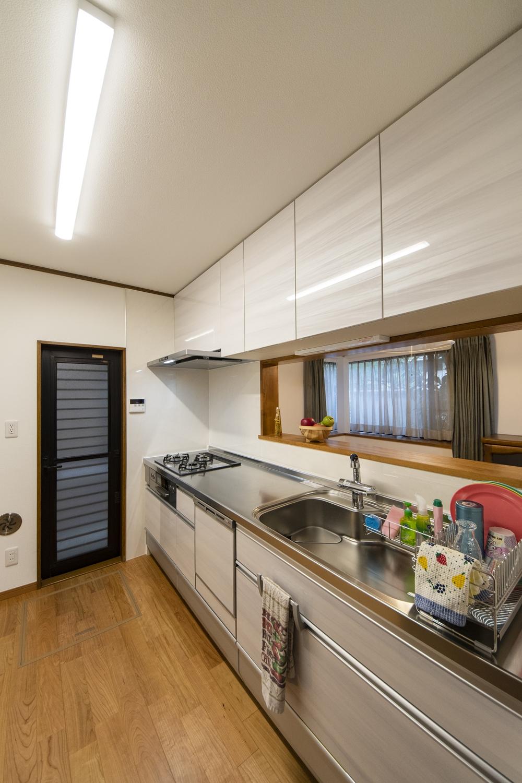 キッチンをはじめ、天井・壁のクロス、床材、照明を新しくして、明るく爽やかな空間に変身しました!