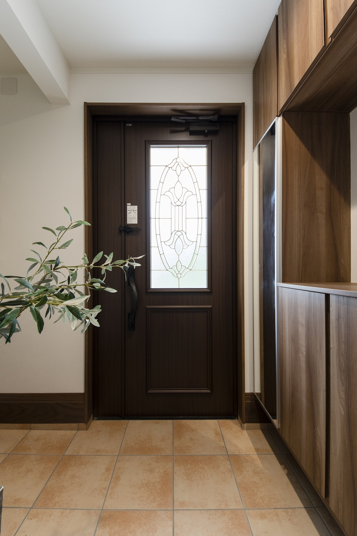 ステンドガラスが目を惹く、上質で重厚感漂う玄関ドア。