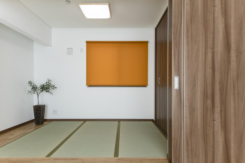 リビング隣の畳敷き洋室。引戸を開けると畳のさわやかなグリーンが空間を彩ります。