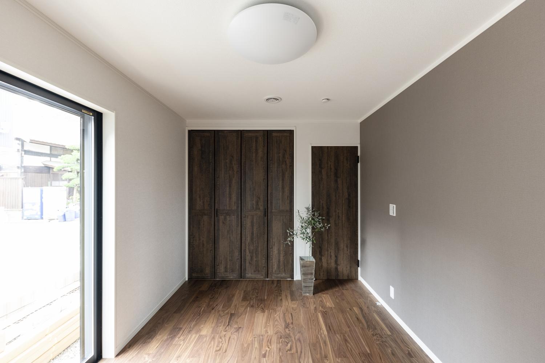 1階洋室/2階と同様、ダークカラーを差し色に、品よくシックにまとめたコーディネートの室内。